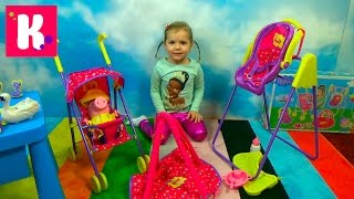 Свинка Пеппа коляска и качелька и открываем игрушки из сказки кормим куклу Peppa Pig