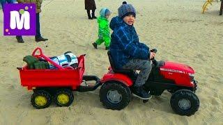 Прицеп с бортами. Катаем игрушки и шарики на тракторе по песку