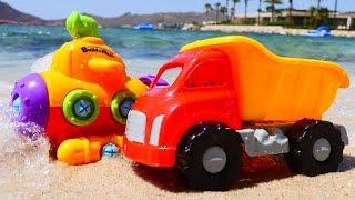Видео про машинки на пляже - игрушечный конструктор - подводная лодочка