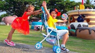Макс и Катя играют с папой на ферме овец - Kids play