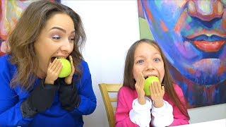 ЧЕЛЛЕНДЖ МАЛЕНЬКИЕ РУЧКИ Попробуй Почистить Банан и Съесть Яблоко - Вики Шоу