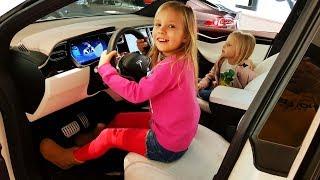 Папа купил МАШИНУ для ЛЮБИМОЙ МАМЫ - TESLA Model X