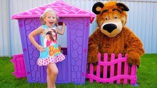 Настя и папа строят новый домик для игрушек