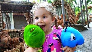 Диана играет в свои любимые игрушки - Таиланд