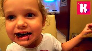 ВЛОГ Катя съела скорпиона Зоопарк и Панды Катаемся на Минни Маус Пробуем тараканы и саранчу на вкус