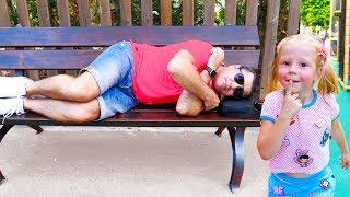 Настя и спящий папа развлекаются в парке аттракционов