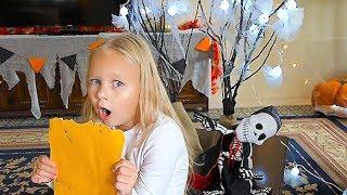 КВЕСТ ищем СЮРПРИЗ в ЗАМКЕ  Алиса выполняет задания для детей на ХЕЛЛОУИН Мими Лисса