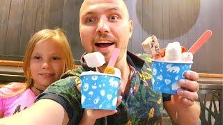 Едем в ЯПОНИЮ.  Николь и Алиса в Большом Магазине Хелоу Китти. Кушаем Мороженое