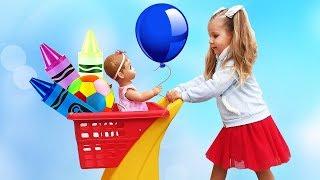 Рома и Диана делают покупки с детской куклой