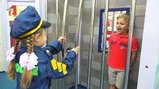 Играем в Профессии в Детском музее. Диана и Рома