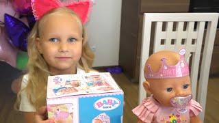 Алиса покупает для своей куклы игрушки