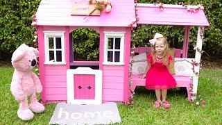 Настя красит новыи домик в розовый цвет