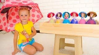 Настя собирает сюрпризы и куклы под дождём - Видео про игрушки