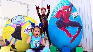 Макс и Катя не поделили игрушки Spiderman и Vampirina в огромных яйцах