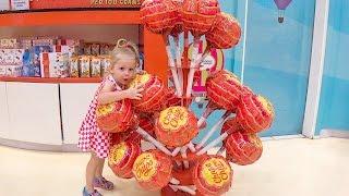 Настя едет в ОАЭ Дубай и самые огромные Чупа Чупсы Видео для детей Fun Family trip for kids