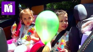 ВЛОГ Макс с кошечкой Муркой едут в садик и в МакДональдс за игрушками Хеппи Мил VLOG Cat Kids toys
