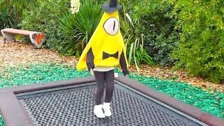 Алиса в образе любимого героя мультика Гравити Фолз играет в парке развлечений