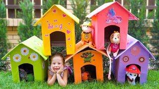 Настя и папа строят домики для собак