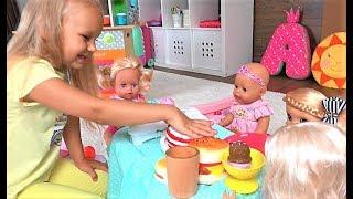 Алиса КАК МАМА кормит кукол ДОЧЕК. Весело играем в кухню для детей