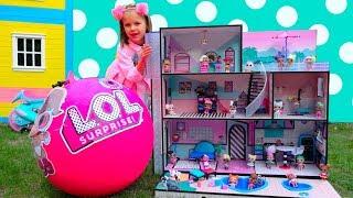Мисс Кэти с папой собирают игрушечный домик для ЛОЛ кукол