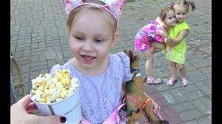 Алиса гуляет на улице Покупает игрушки и вкусняшки Childrens Playground Fountains