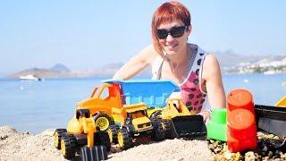 Распаковка машинок на пляже с Машей Капуки.
