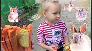 Алиса в мини зоопарке  Алиса кормит Кроликов, Морских Свинок и Лошадку