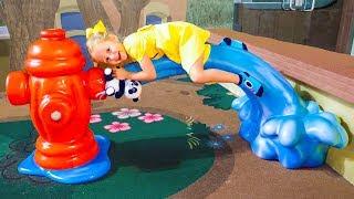 Настя играет в парке аттракционов в Дубай Amusement park IMG Worlds