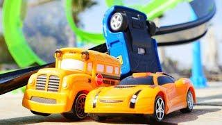Машинки Басс и Спиди на гоночной трассе - видео с машинками