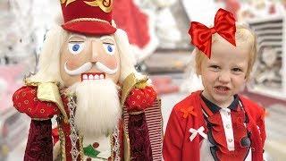 Настя Покупает елку и игрушки на новый год