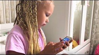 Алиса РАЗБИЛА телефон и показала игры в которые она играет