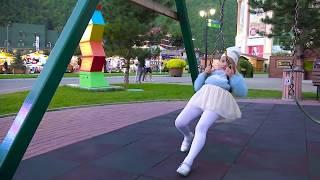 А вы умеете так КАЧАТЬСЯ на качелях как  Алиса