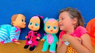 Куклы и Катя ловят бабочек в парке и находят малышей