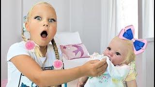 Алиса притворяется играть в няню для кукол  Учим цвета и делаем уроки для детей