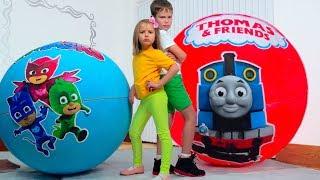 Вредные Макс и Катя не поделили игрушки Герои в Максах в огромных шарах.