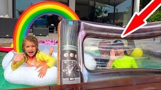 Катя жадничает и не делится с Максом надувными игрушками в бассейне
