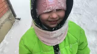 АЛИСА ДЕЛАЕТ ПЕЩЕРУ из снега Алиса играет на улице в сугробах