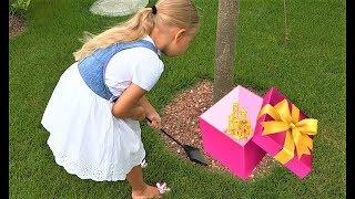 Алиса нашла КЛАД в саду под деревом. Игрушки и детские украшения с сюрпризами
