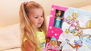 Диана открывает Адвент календарь с Барби и одеждой для куклы