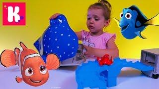 В поисках Дори игрушки из мультика Дисней играем рыбками и автобус с стреком Finding Dory
