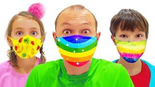 Катя и Макс одевают маски в магазине игрушек