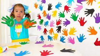 Катя и цветная стенка с её отпечатками