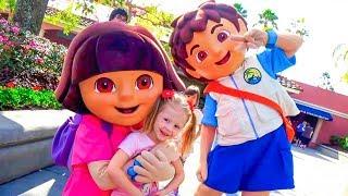 Дети играют в парке аттракционов Настя, Рома и Диана