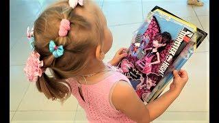 Алиса выбирает ПОДАРОК для Теи и ее братика  Детский шоппинг в магазине игрушек для детей