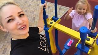Алиса в КРУТЫХ кроссовках UFO с подсветкой ИГРАЕТ на детской площадке