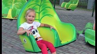 Алиса гуляет в ДЕТСКОМ ПАРКЕ Много Развлечений для детей Play area for kids Amusement park