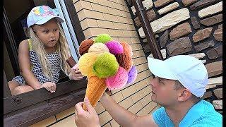 Алиса и папа играют в магазин мороженого для детей