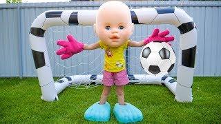 Настя и Папа играют в футбол и убирают игрушки!