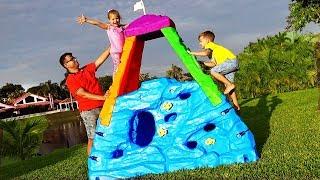 Диана и Рома делают вид, что играют в скалолазов. Diana and Roma pretend play climbing with activity toys