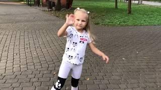 Алиса катается На Тракторе в Детском Парке Entertainment For Kids